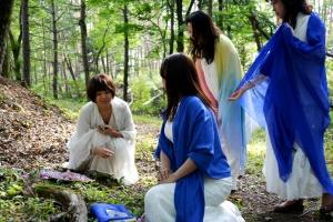 当日儀式を行われた方々、レムリアの神殿の「青い石の儀式」の神官を務められた方々。左から、奥秋佳代子さん、御崎絢さん、岩澤紀子さん、吉田佳名子さん。
