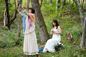 青い石の本体を虚の空間から、人間であるご自身の体内に召喚し始める奥秋佳代子さん。