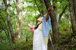 儀式に神官を召喚し、儀式に必要な青い石の儀式の記憶を呼び覚ますレムリア神官、青い石の巫女(岩澤紀子さん)。
