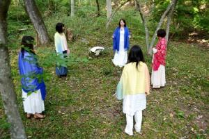 虚から召喚した青い石の本体と、人々や場所など有から召喚した青い石の叡智の集合体を、地殻に納めるためのひとつの青い石に統合する。
