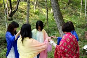 統合された青い石を地殻に納める。レムリアの、地球との融合のための調和を育み、祈りを捧げる。