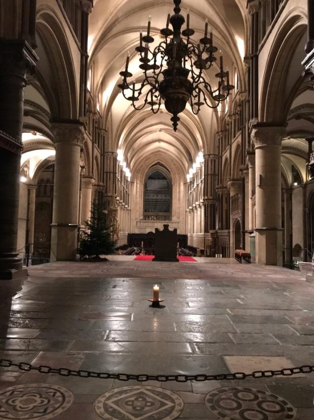 カンタベリーの大司教だったトマス・ベケットが、「喜んで私は、イエスの名のために、また教会を守るために死ぬ」という言葉を残して殉教した場所には、ロウソクが立てられ、巡礼者の聖地とされている。